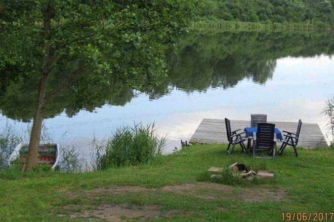 Das Ferienhaus mit Ruderboot und eigenem Steg, direkt am See mit einem herrlichen Ausblick, liegt in