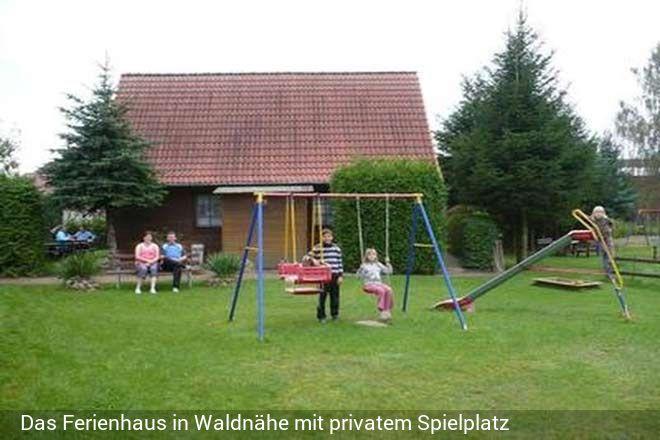 Unser Ferienhaus befindet sich am Ortsrand auf einem etwa 1500 qm großen Grundstück direkt am Waldra