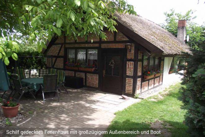 Eingezäuntes Ferienhaus mit Boot zwischen der Müritz und dem Plauer See. Am nur ca.200 m entfernten